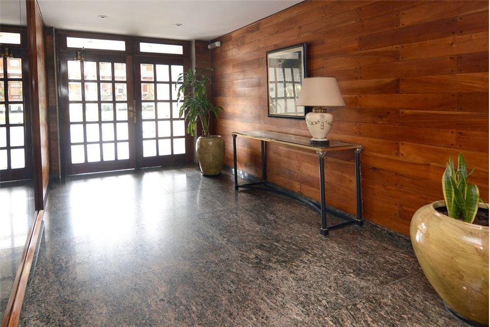 exclusivo duplex + cochera av los incas al frente