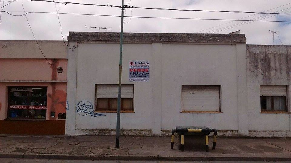 exelente esquina  con local  y 2 vivienda de 3 amb