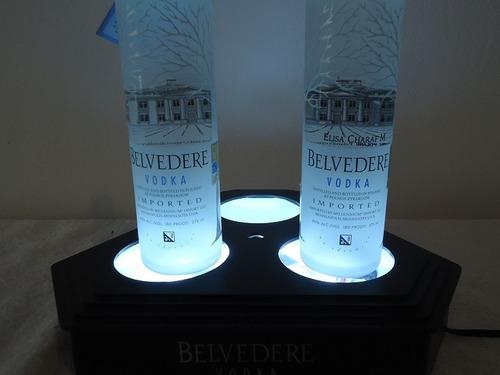 exhibidor de botellas de belvedere con luz neon.