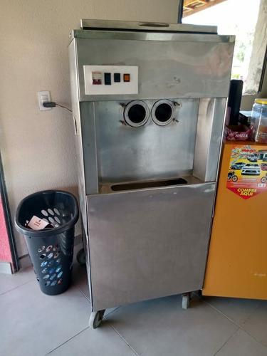 expositor de bebidas e máquina de sorvete
