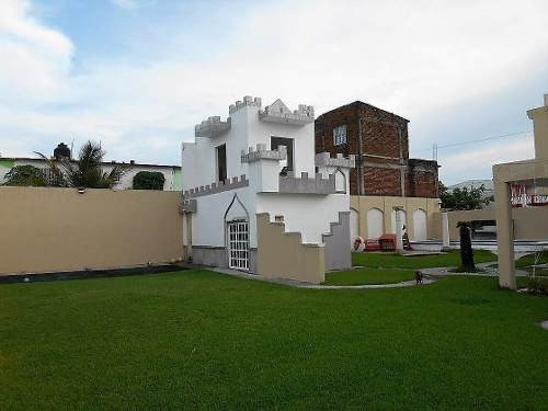 extraordinaria casa con amplio jardin y alberca