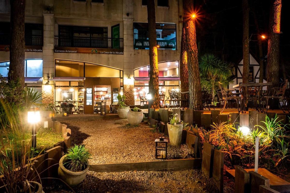 extraordinaria oferta inmobiliaria  en pleno centro de mar de las pampas:  2 locales en pleno funcionamiento - excelente rentabilidad !!!