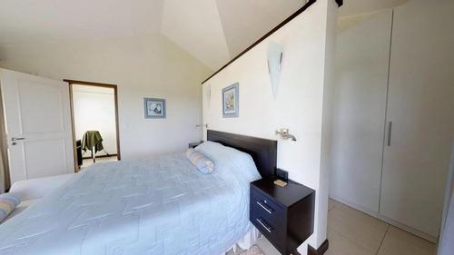 extraordinaria residencia en playa mansa.