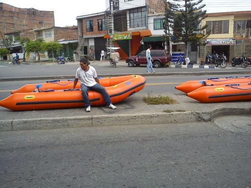 fabrica  de botes y gusanos inflábles.