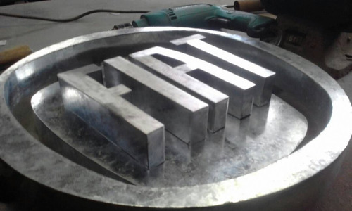 fabricación de letreros corporeos para exteriores e interior