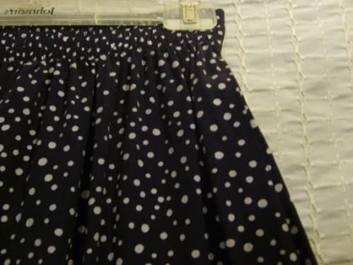 falda azul marina con lunares blancos