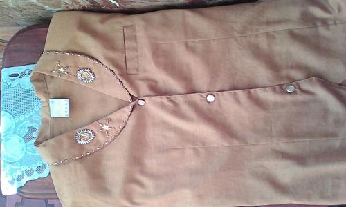 falda y blusa color mstaza