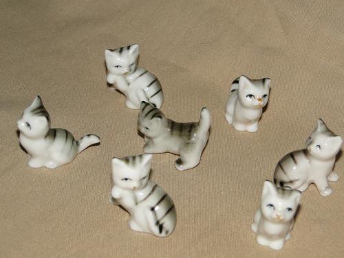familia de hermosos gatitos en porcelana.