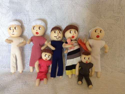 família terapêutica com a mamãe gravida com 8 personagens