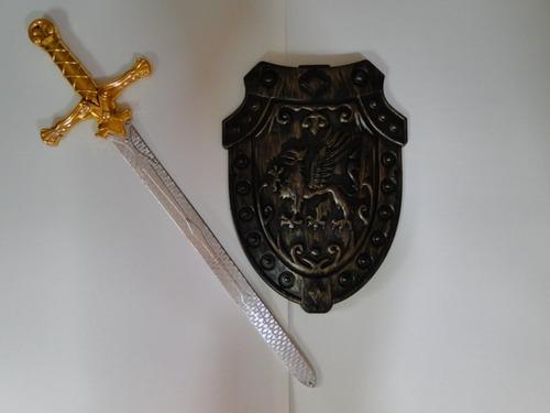 fantasia espada medieval dorada de 50cm e escudo com 26x21cm