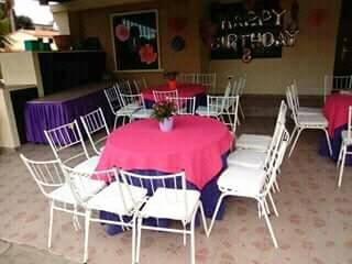 festejo .sillas tiffany. mesones. mesas redondas