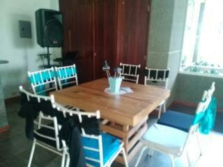 Festejos travesuras festejo sillas blancas mesas for Sillas para festejos