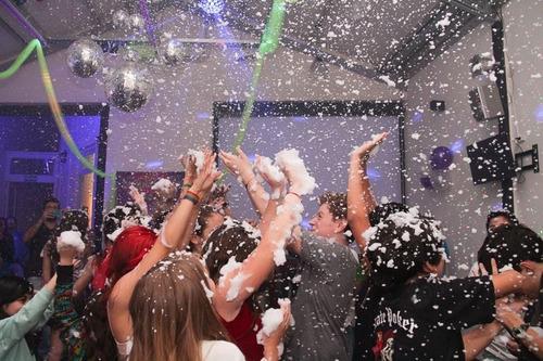 fiesta teen. baile adolescentes. robot led. espuma. nieve.