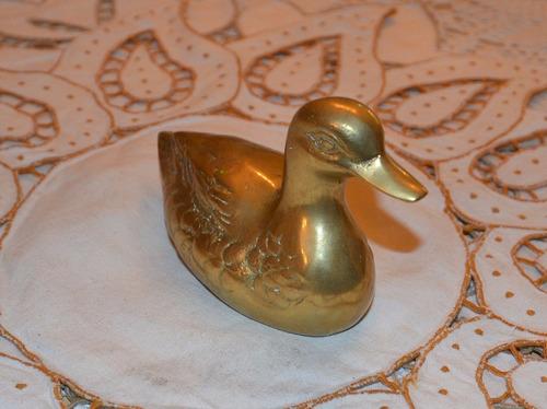 figura antigua de pato de bronce.
