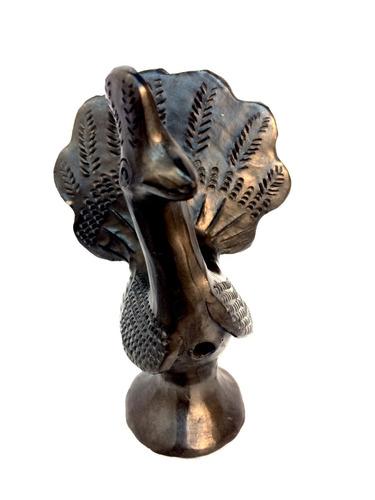 figura artesanal pavo real de barro negro