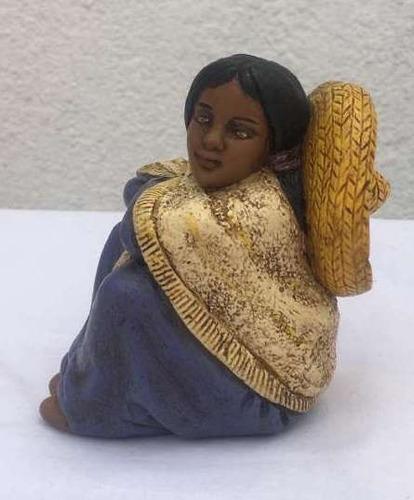 figura cerámica mujer con sombrero artesanía cultura andina
