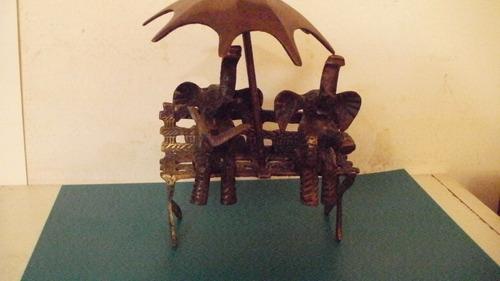 figura de bronce. elefantes descansando