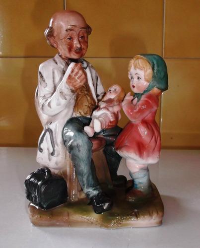 figura de doctor con niñas de porcelana japonesa