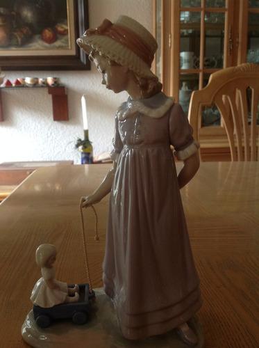 figura de lladro  niña con carrito y muñeca .