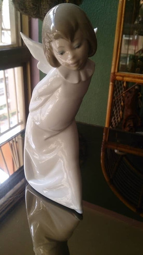 figura de lladro porcelana angel manos atras