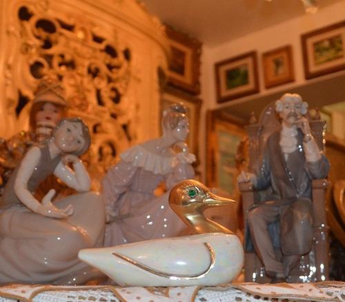 figura de pato en porcelana con cabeza de bronce.