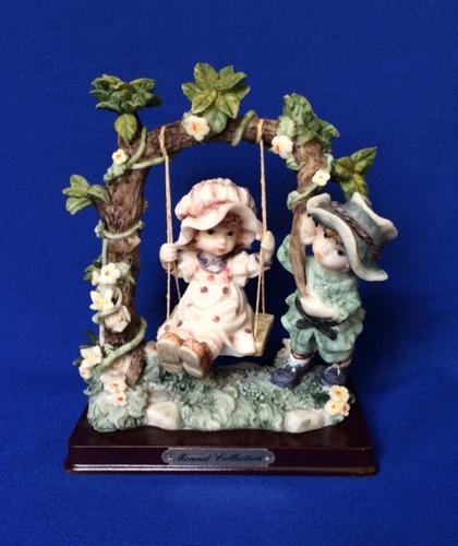 figura de poliresina  monnet collection niños en el columpio