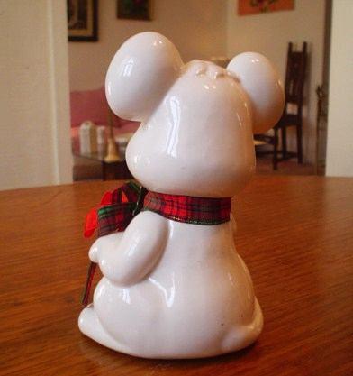 figura de porcelana blanca decorada de navidad