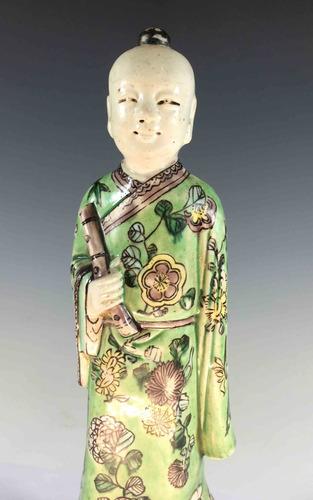 figura de porcelana china, pintada a mano, representa dioses