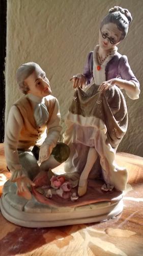 figura de porcelana de unos viejitos enamorados.
