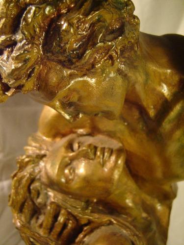 figura de yeso pareja patinada de dorado
