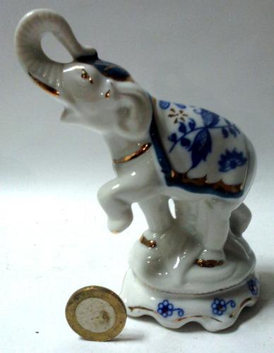 figura elefante blanco mantón dibujos azules y dorado