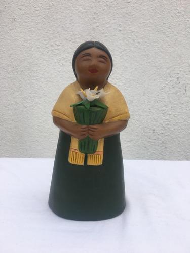 figura en cerámica mujer con flores artesanía cultura andina