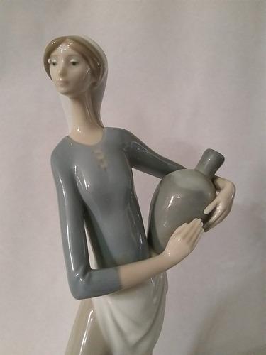 figura en porcelana lladró mujer con cantaros de agua fuente