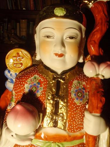 figura en porcelana oriental decorada representando  buda