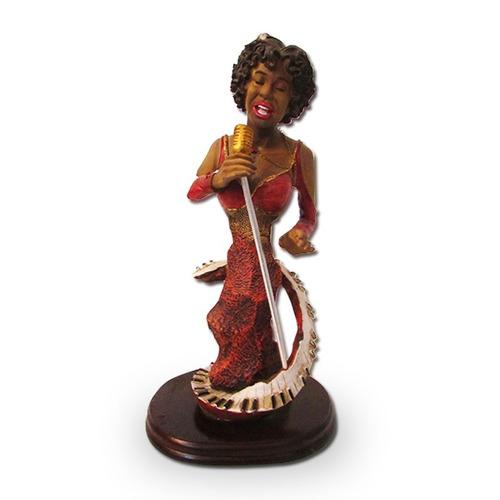 figura mujer afro cantando