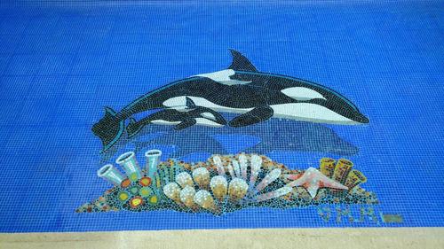 figura orca con bebe de 1.50 mts. para alberca en mosaico