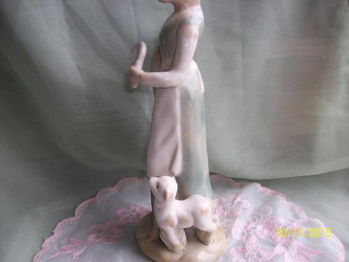figura porcelana dama con  becerrro. caja e