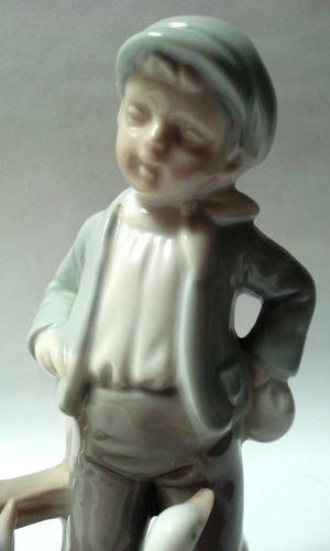 figura porcelana española niño con boina y gansos