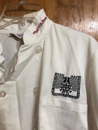 filipina y mandil para chef, con logo de uvm