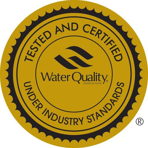 filtro purificador agua sobre mesada cloro partículas