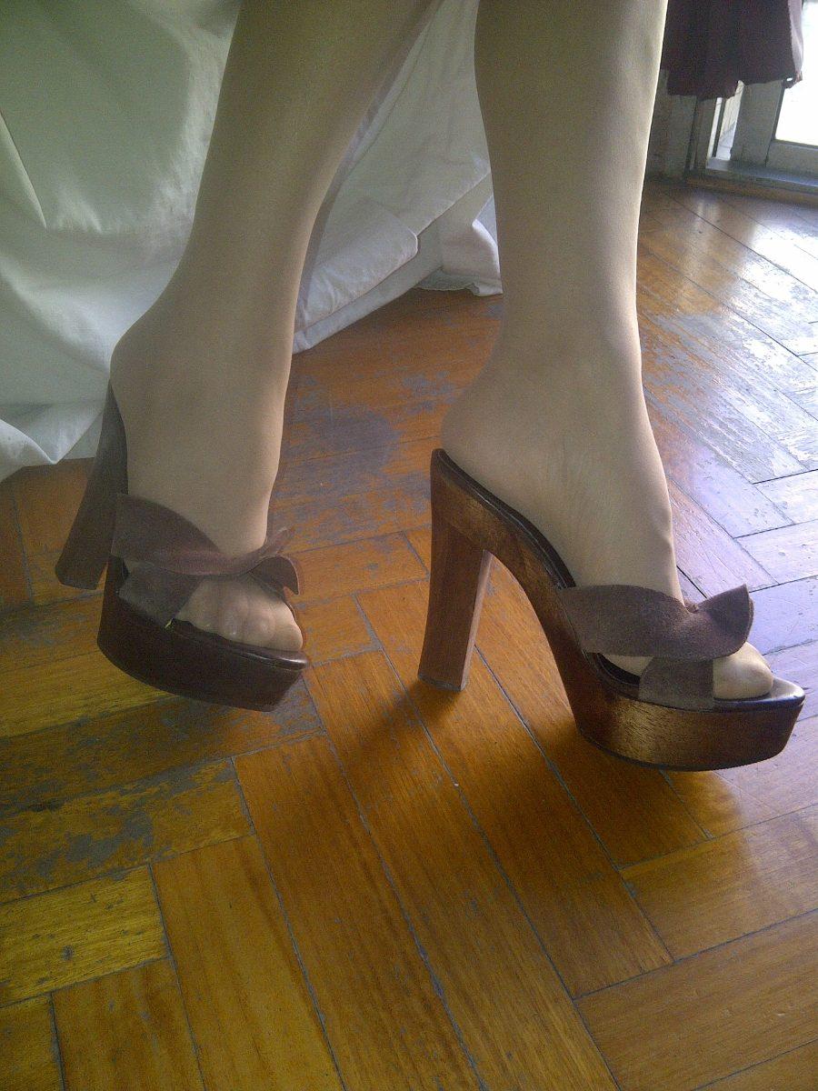 finas sandalias de gamuza con plataforma de madera estilo it