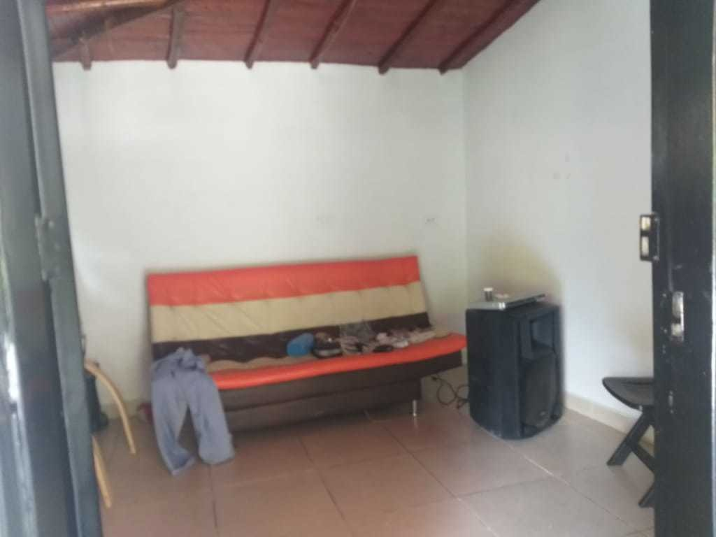 finca 4 grandes habitaciones 2 baños cocina aparte , balcon