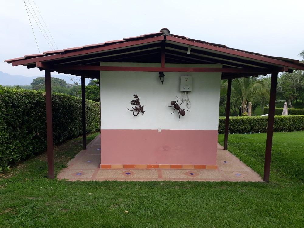 finca con 3 casas, 3 cabañas, dos kioscos, piscina, etc