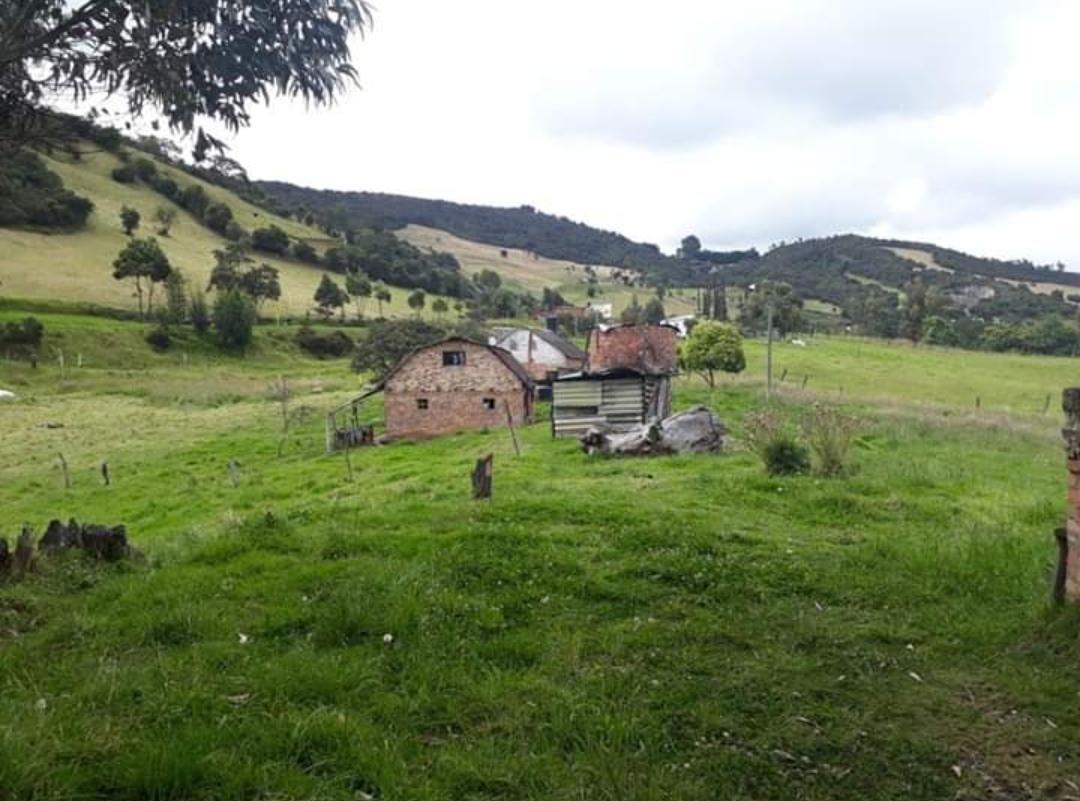 finca cundinamarca con dos casas, son casi dos fanegadas.