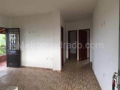 finca de 3 pisos 3 baños 5 habitaciones