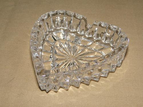 fino cenicero de cristal con forma de corazón.