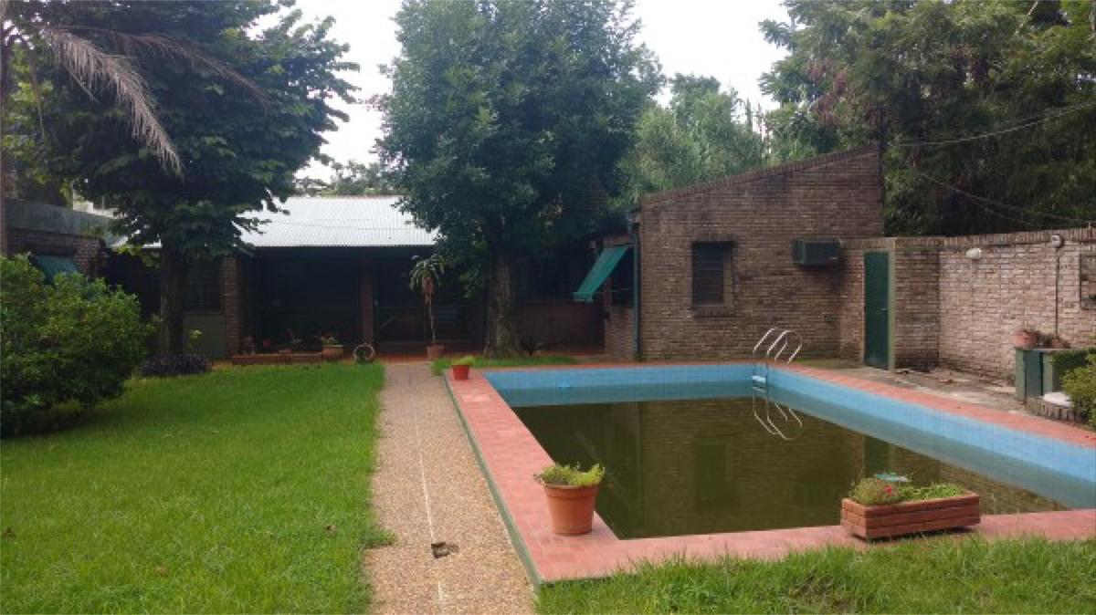 fisherton. casa 2 dormitorios con gran parque y piscina.