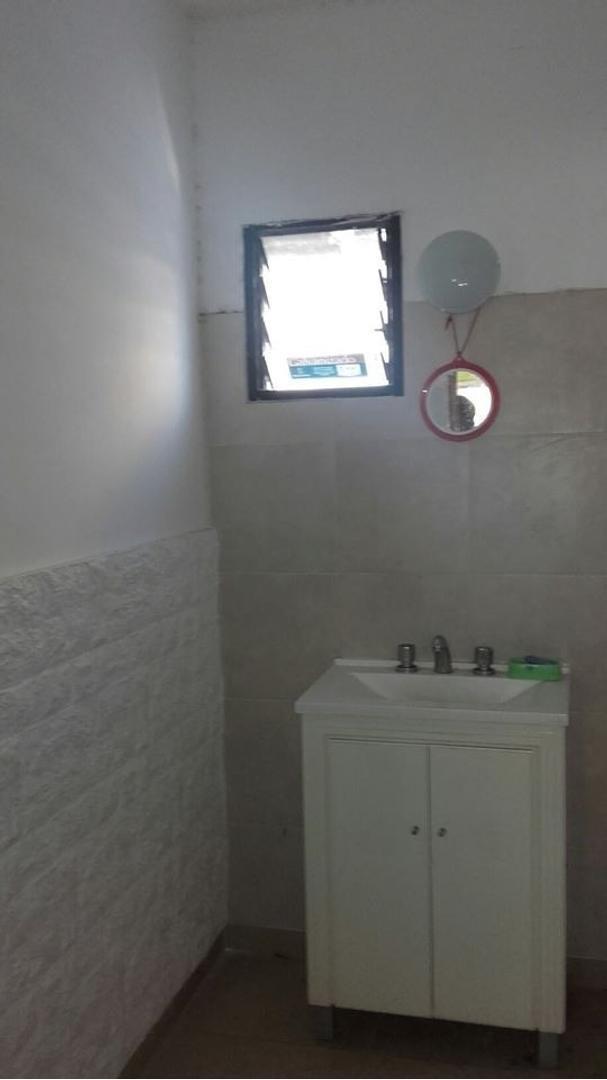 fisherton. casa interna de pasillo. 3 dormitorios