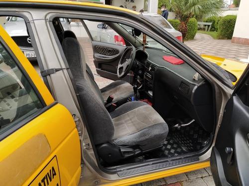 flamante taxi con puesto legal