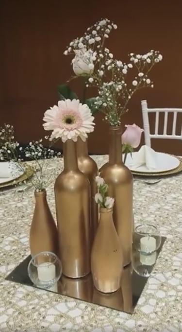 Florero botella dorado centro de mesa bodas xv a os fiesta for Adornos navidenos para xv anos
